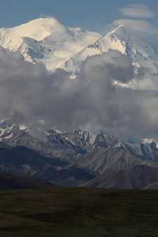 Диапазон красивых высоких скалистых гор, покрытых снегом на аляске