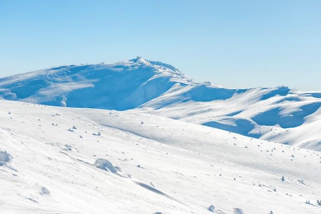 山脈は雪の中でピークに達します。冬の風景