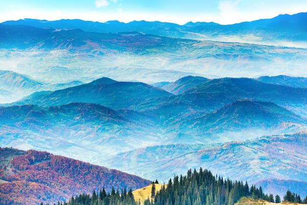 Хребты гор и холмов на закате