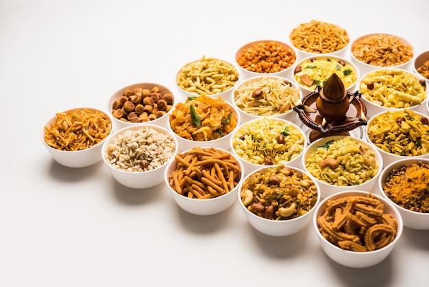 파르산의 랑골리 또는 디야를 곁들인 디왈리를 위한 그릇에 담긴 간식