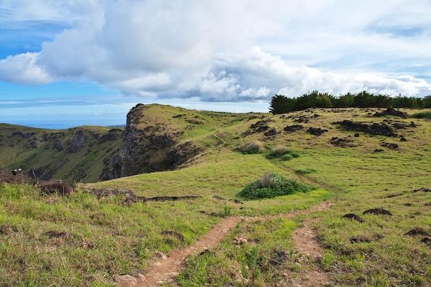 Вулкан рано кау на острове пасхи рапа-нуи в чили