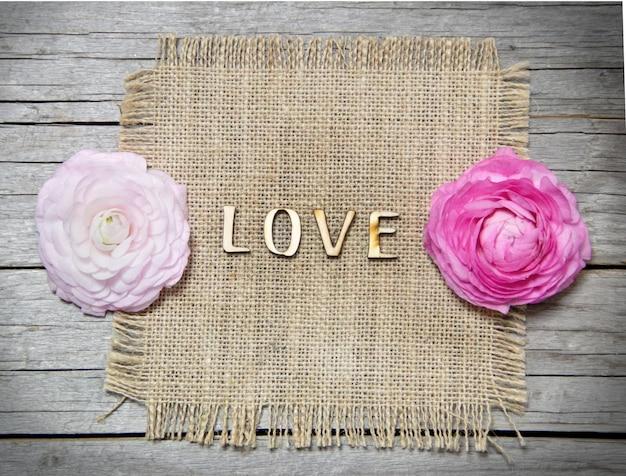 Лютик цветы и текст любви на старый серый деревянный стол сверху
