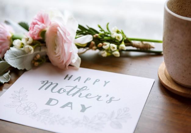 Букет цветов ранункулюсов с поздравительной открыткой ко дню матери