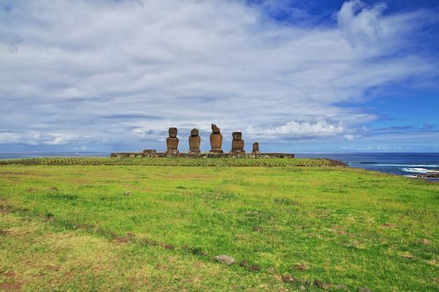 ラパヌイ。チリ、イースター島のアフタハイのモアイ像