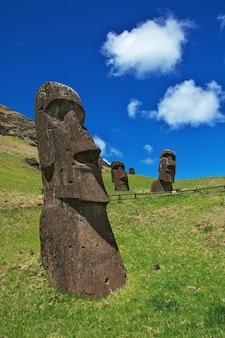 Рапа нуи. статуя моаи в рано рараку на острове пасхи, чили