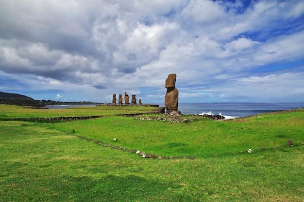 Rapa nui. статуя моаи в аху тахай на острове пасхи, чили