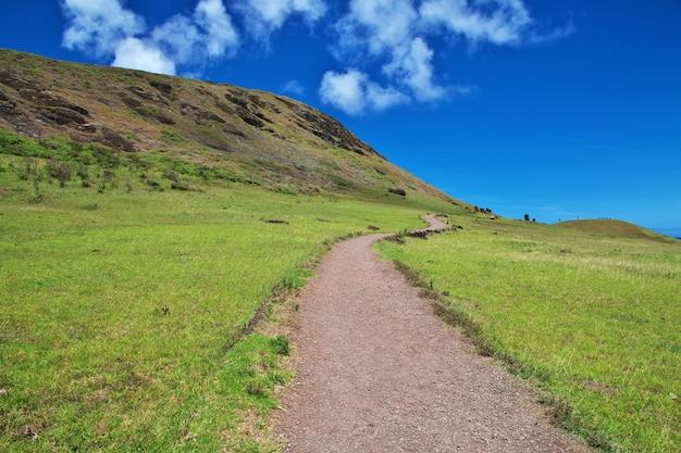 Rapa nui. дорога в рано рараку на острове пасхи, чили