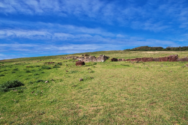 Rapa nui. парк аху винапу на острове пасхи, чили