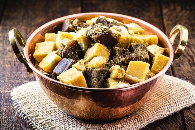 銅鍋の中のラパドゥラキャンディー、サトウキビから作られたキャンディー、またはサトウキビからの糖蜜