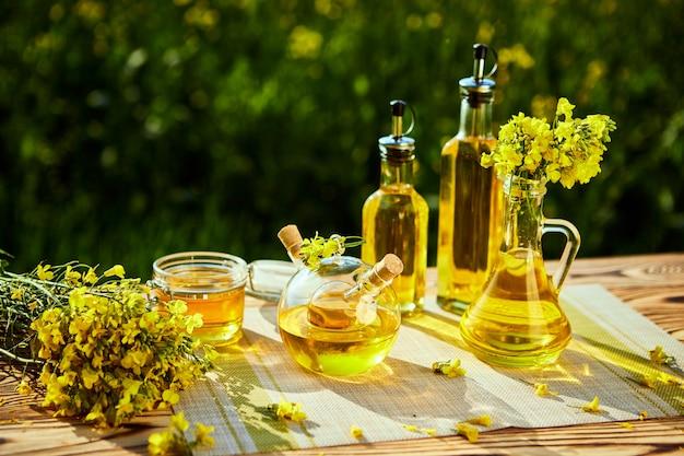菜種油ボトル(菜種)背景菜の花畑