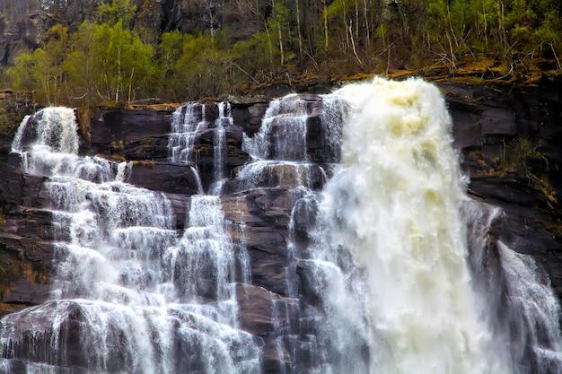Стремительный поток воды, падающий со скалы
