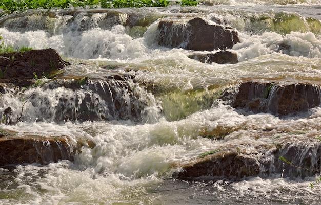 スエンガ川の急流山川の石の土手が水流を洗い流した