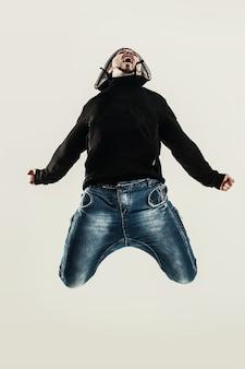 Рэпер танцует брейк-данс фото на свету