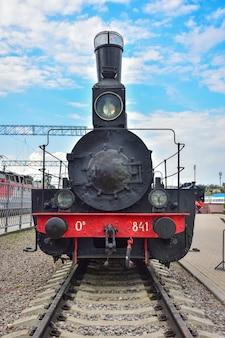 리가 역의 증기 기관차 박물관에 있는 희귀한 검은색과 빨간색 증기 기관차