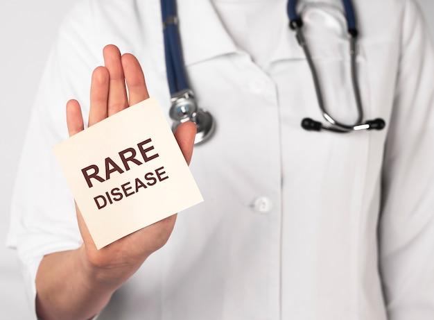 Надпись концепции дня редких болезней на бумаге