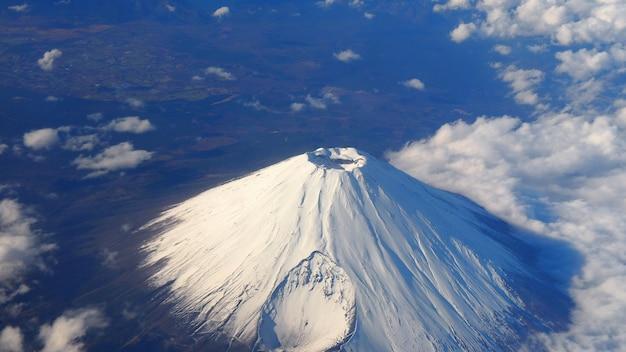 珍しい画像山の上面画角。富士山と白い雪がその上を覆い、明るい雲と澄んだ青い空