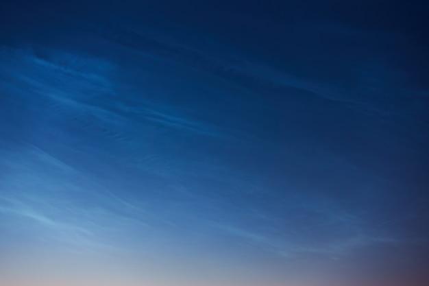 Редкие серебристые облака или ночные сияющие облака могут быть использованы в качестве фона.