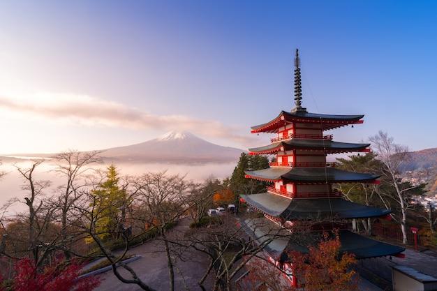 가을의 일본, 아침 안개가 있는 추레이토 탑과 후지산의 희귀한 장면