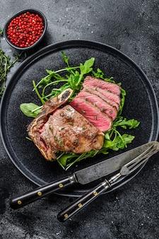 Редкий нарезанный стейк из говядины на гриле. вид сверху.