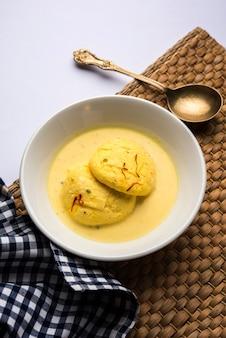 Ras malai 또는 rasmalai 또는 rossomalai는 jaggery 또는 gur 및 설탕을 사용하여 만든 인도 디저트 음식입니다. 크러스트가 없는 진한 치즈케이크에요