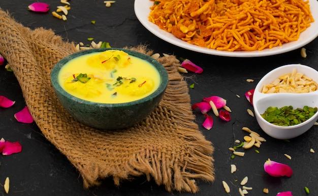 Традиционный индийский десерт ras malai