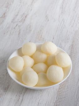 インドの伝統的な甘いrasgulla、クローズアップ、コピースペース