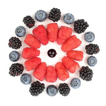 라즈베리, 블랙베리, 블루베리는 흰색 배경에 원 모양으로 놓여 있습니다. 유용한 비타민 베리 과일 식품