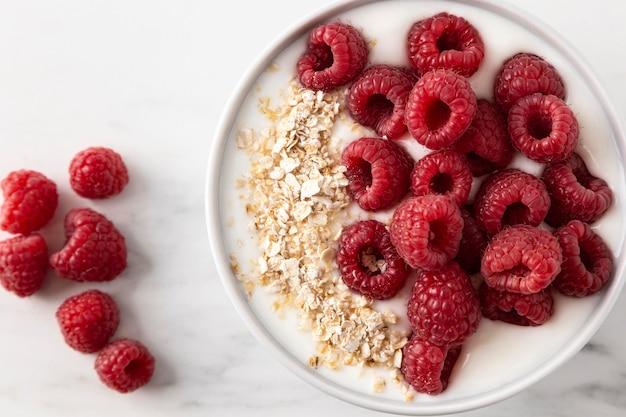 Фруктовая закуска с малиной и мюсли