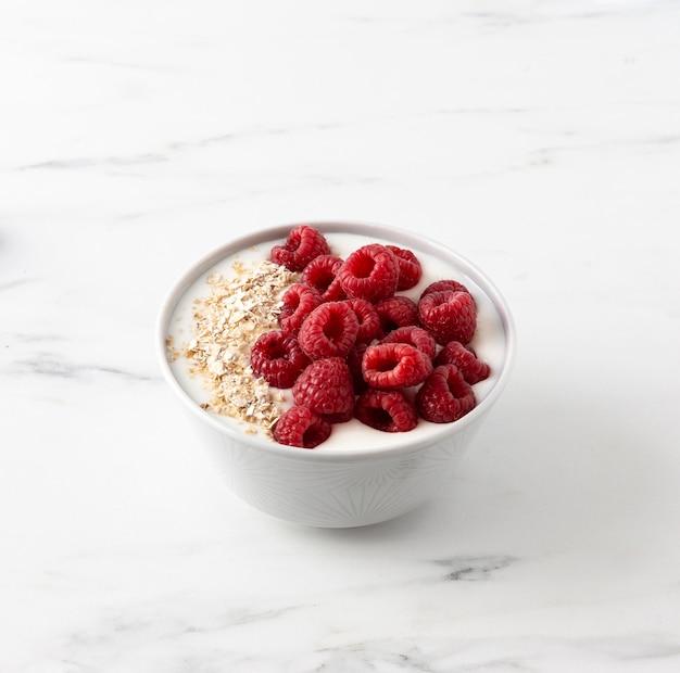 Фруктовая закуска из малины с мюсли и молоком