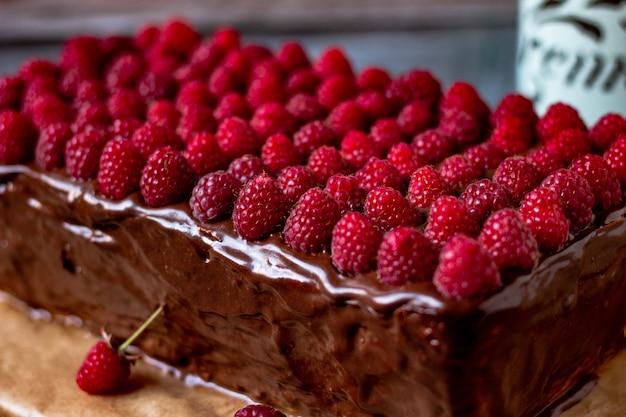 Малина в шоколаде на чизкейке домашняя еда ретро