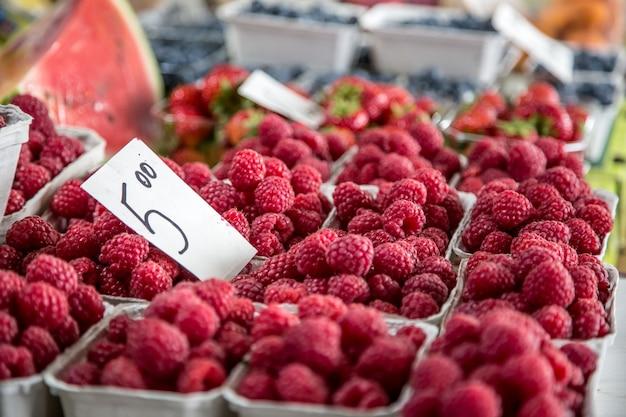 市内の農産物市場でのラズベリー。ファーマーズマーケットの果物と野菜。