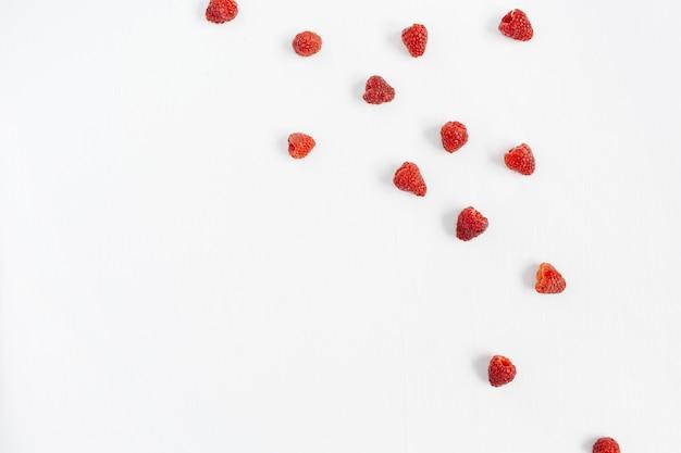 Малина на белом. текстура концепции блога или журнала еды.