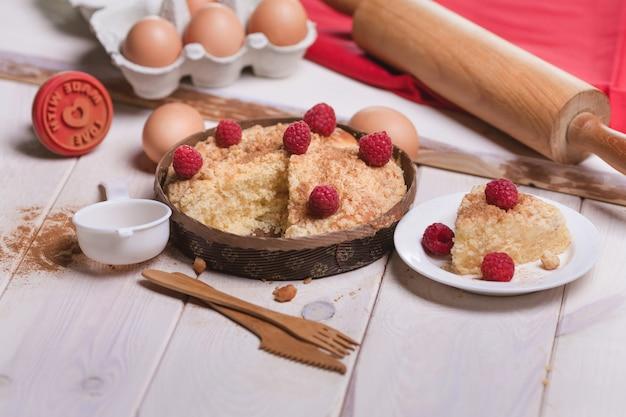 Пирог с малиной на деревянной доске