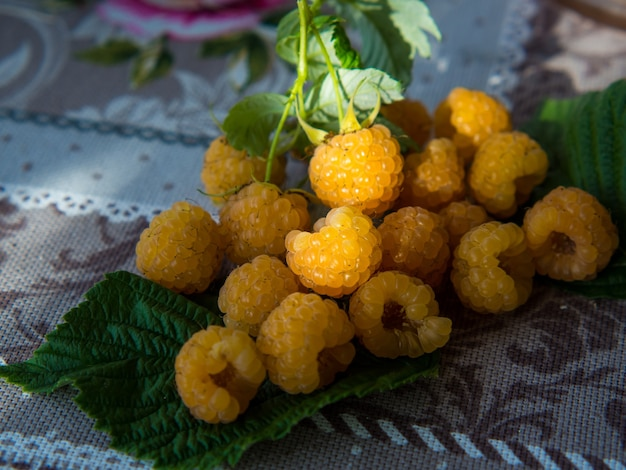 라즈베리 배경입니다. 소박한 스타일의 빈티지 소박한 식탁보에 익은 나무 딸기.