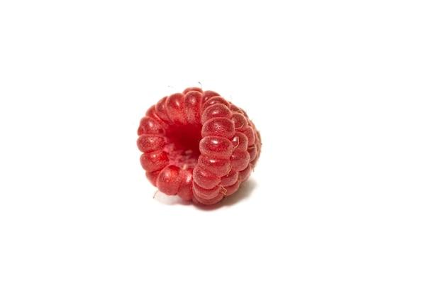 ラズベリーの果実は、白い背景で隔離のクローズアップ