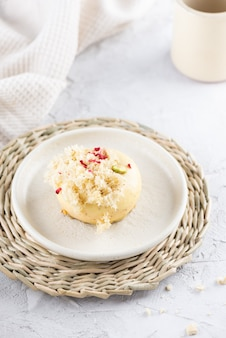 ライトテーブルの上の皿のラズベリーケーキ