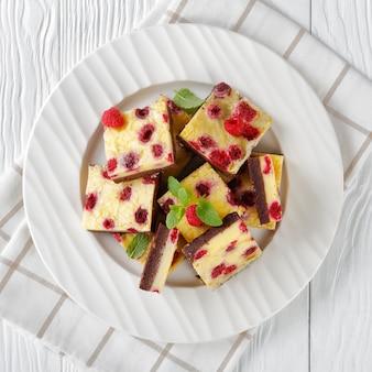 皿の上のラズベリーチーズケーキバー