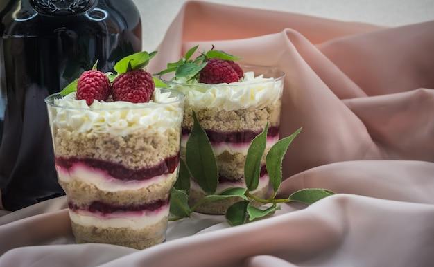 ホイップクリームとラズベリーチョコレートケーキ