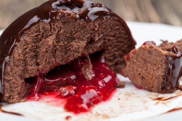 ラズベリージャムのデザートとバターとチョコレートケーキ、ラズベリージャムを詰めたチョコレートケーキ