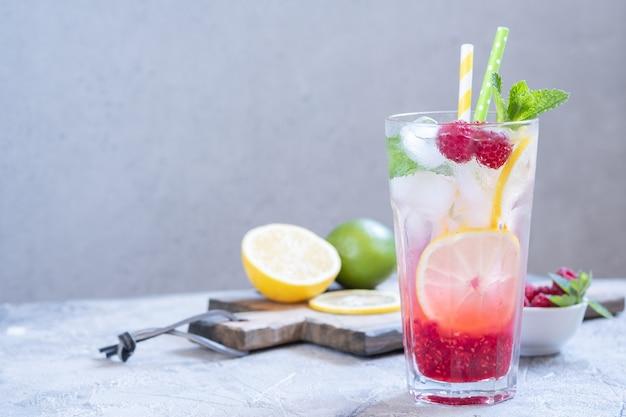 ラズベリーレモネード。アイス夏の飲み物。