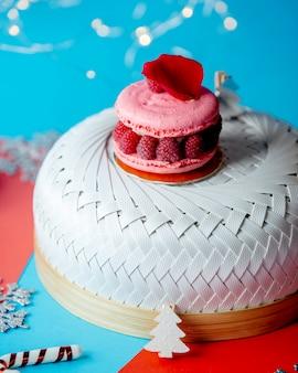 Macaron lampone con lamponi condita con petalo di rosa rossa