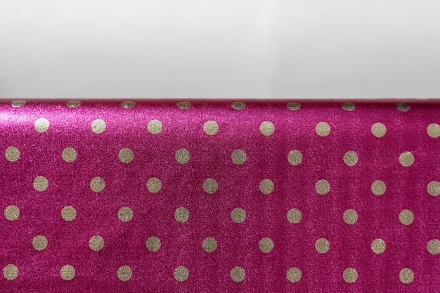 ラズベリーの光沢のある包装紙、水玉模様、折り目、ギフト包装用のフォイル、壁紙、スタイリッシュな光沢のある質感