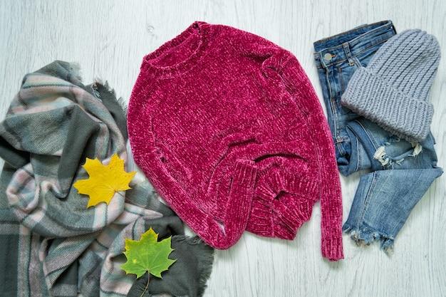 Малиновый свитер, шарф, серая шляпа и джинсы. модная концепция