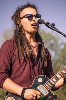 Rasta boy поет на концерте под открытым небом №5