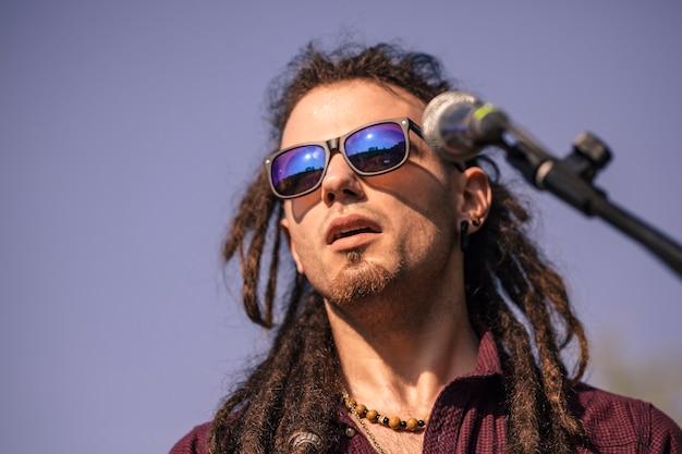 Rasta boy поет на концерте под открытым небом
