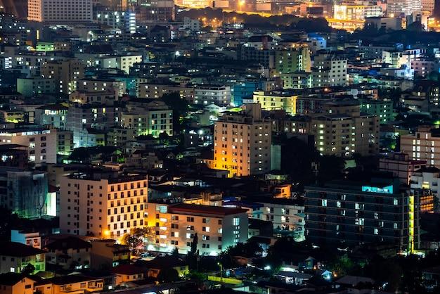 パノラマのバンコクの街並み夜景と建物とライトのratchada