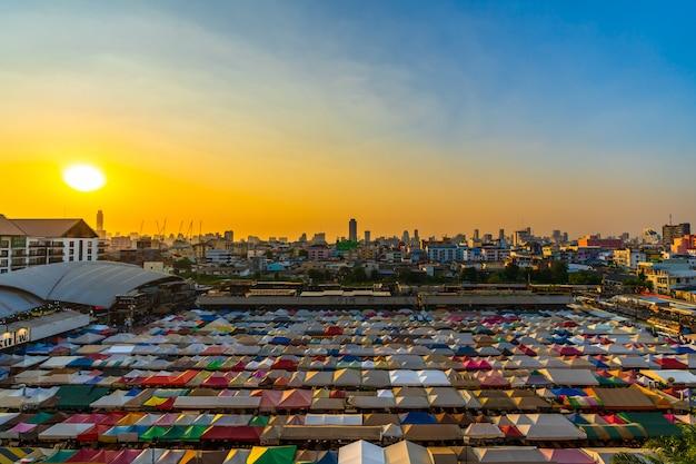 Поезд ночной рынок ratchada на закате в бангкоке, таиланд