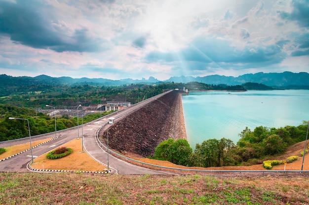 ラッチャプラパーダムまたはチアオラン貯水池、スラタニタイ
