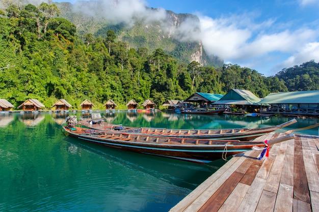 タイのスラートターニー県のratchapraphaダム地区の小型ボートでの移動。