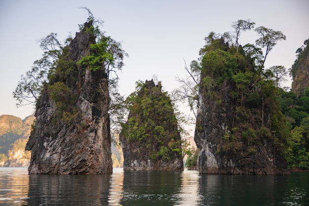 Гора в воде на плотине ratchaprapha, гуйлинь, таиланд